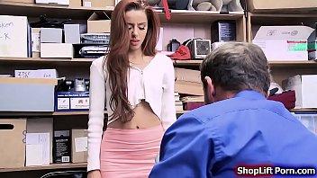 Первокурсница в синем лифе и с волосатой писькой организовала жесткий минетик юноше и дала отодрать себя в вагину на кровати