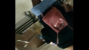 Светловолосая девчонка в нижнем одежду хорошо работает ротиком