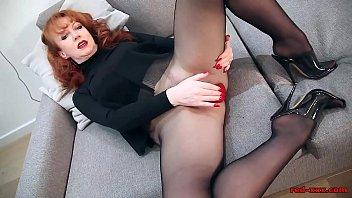 Стройная девушка занялась отменным трахом на диванчике и отсосала член