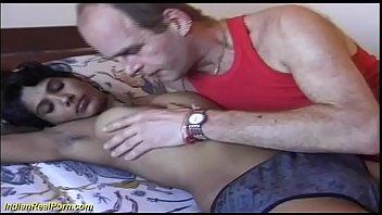 На неизвестную камеру похотливая девушка примеряет эротический наряд медсестры