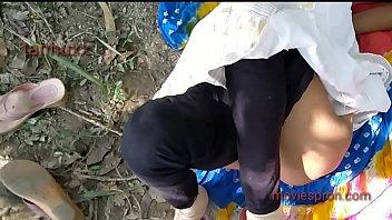 Лежа на диванчике перед камерой молодая брюнетка позирует и светит дойками