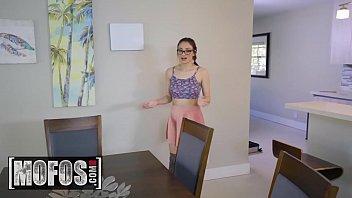 Скрытая камера снимает как женщина бреет ножки