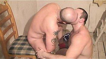 Мужчина жахает в заросшую лобковыми волосами манду с большими сиськами японочку на деревянном полу ванной