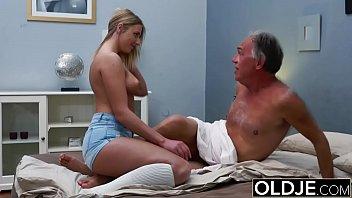 Тонкая малена стонет во время оргазма от дрочки