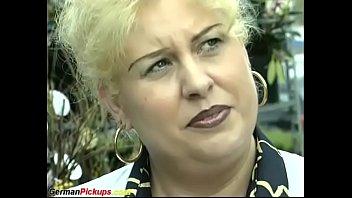 Парни позвали в сауну русскую проститутку для группового секса