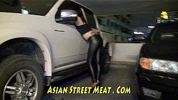 Симпатичный ретро секс в автомобилю с красоткой