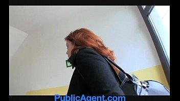 Молодуха подняла майку повыше и присела вульвой на бутылку