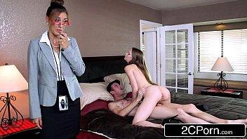 Три хахаля обдумывают очко девчушки секс игрушками для тройного проникновения