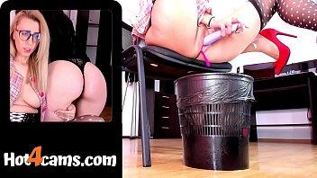 Жирная девчоночка в изодранных колготах дрочит крупным членозаменитель на полу