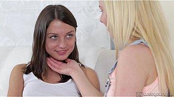 Два умных негра отымели худую деваху в рот и пизду