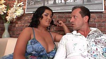 Молодая девчонка сосёт и ласкает хуй седому юноше
