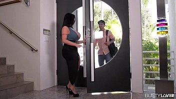 Грудастая латиночка решилась на близость с супругом после уборки голой